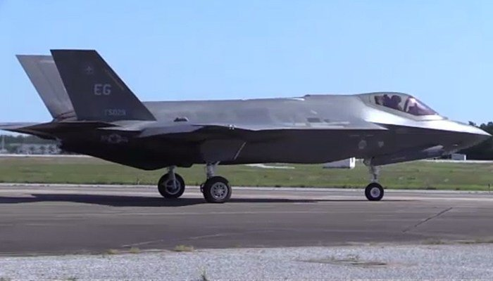 The U.S. Air Force's F-35 fighter jet may be grounded by a software glitch. (Source: DeptofDefense/CNN)