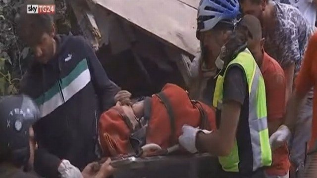 Raw: Woman rescued from quake rubble in Italy