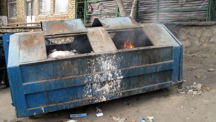This dumpster fire symbolizes the SEC East title race, which can become less smoky and stinky after Saturday's results. (Source: Peretz Partensky/Wikimedia Commons)