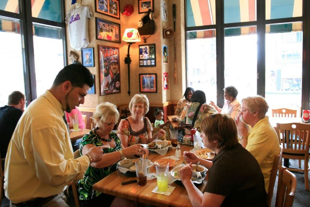 In this June 3, 2009 photo, customers enjoy lunch at an Applebee's in New York. (Source: AP Photo/Mark Lennihan/File)