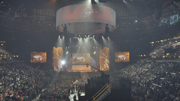 Thousands filled Chicago's United Center to watch the taping of two of the last few Oprah shows. (Source: @TheOprahShow Twitter)