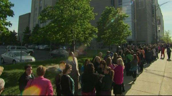 Crowds of people wait in line at the United Center. (Source: CNN)