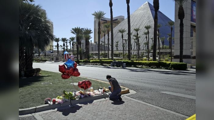 Charlene Ragsdale pauses at a memorial in Las Vegas, on Tuesday, Oct. 3, 2017. (Source: John Locher/AP Photo)