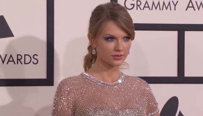 Watch Taylor Swift React to Winning CMA Award (Despite Not Being There)