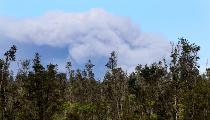 Golfers in Hawaii ignored a massive ash cloud. (Source: Caleb Jones/AP)