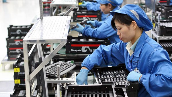 Workers perform final testing on Seagate Technology hard drives in Wuxi, China. (Source: Robert Scoble/Flickr)
