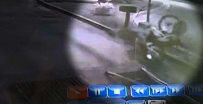 Viewers can see the thief crashing the bike and getting a face full of asphalt. (Source: CNN)