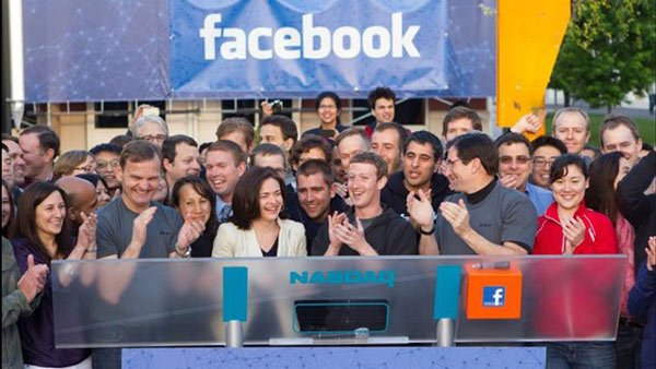 Mark Zuckerberg celebrates Facebook's IPO with employees. (Source: Facebook)