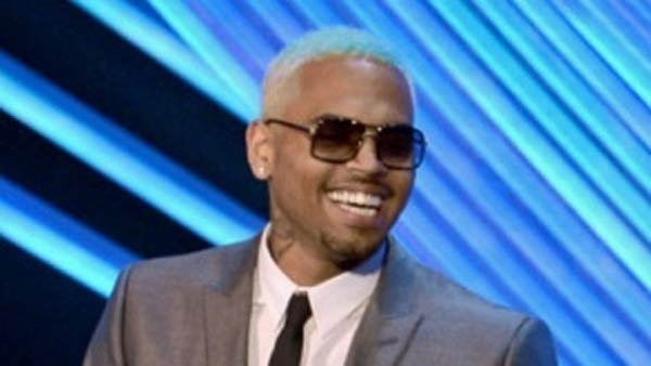Chris Brown at the VMA's showing off a glimpse of his new tattoo. (Source: ChrisBrownWorld.com)