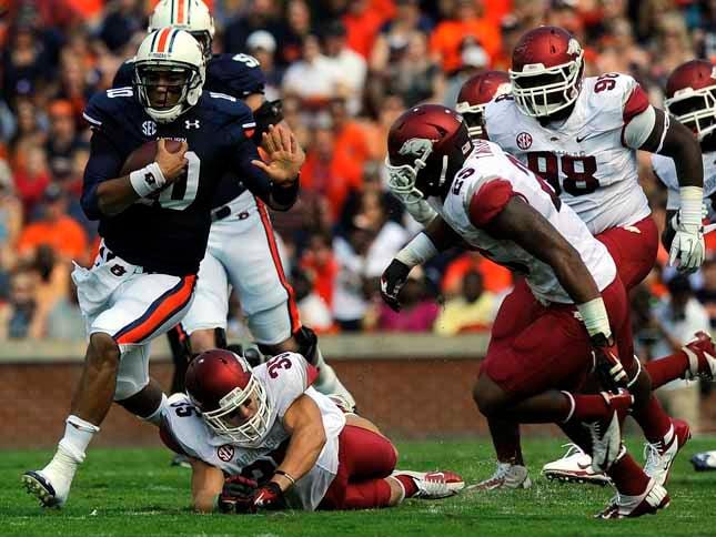 Auburn quarterback Kiehl Frazier runs away from Arkansas defenders. (Source: Todd Van Emst/Auburn University)