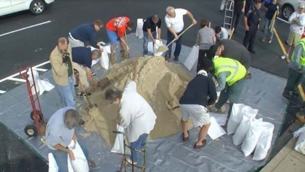 Residents of Annapolis, MD prepare sandbags. Annapolis is located right on the water of the Chesapeake Bay. (Source: CNN)