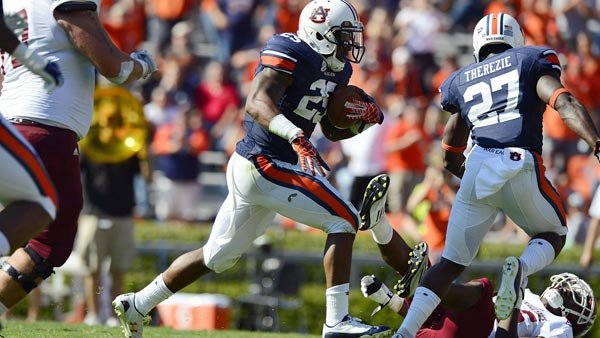 Auburn's Daren Bates returns a fumble for a touchdown. (Source: Todd Van Emst/Auburn Athletics Department)