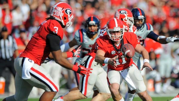 Georgia quarterback Aaron Murray (11) pitches the ball to running back Todd Gurley (3). (Sourc