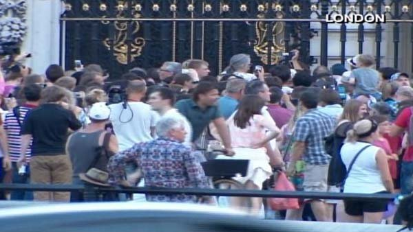 Crowds gather outside Buckingham Palace awaiting the official notice to be delivered announcing the birth of a boy to Prince William and Catherine, Duchess of Cambridge. (Source: CNN)