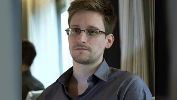 In a June 9 photo, NSA leaker Edward Snowden revealed his identity as the leaker of the NSA's surveillance programs. (Source: The Guardian/MGN Online)