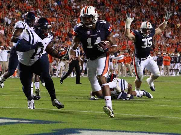 Auburn quarterback Nick Marshall runs for a touchdown against Ole Miss. (Source: Todd van Emst/Auburn Universi
