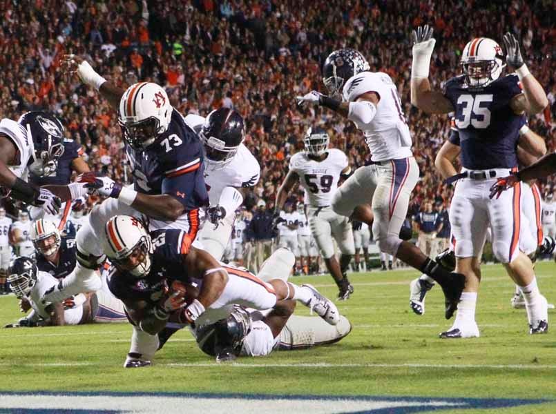 Tre Mason (21) scores a touchdown for Auburn against Florida Atlantic. (Source: Todd van Emst/Auburn University)
