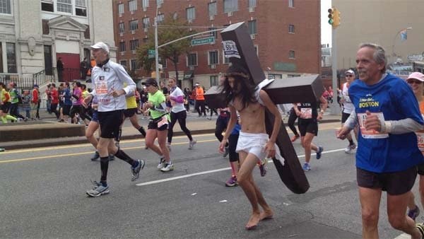A man dressed as Jesus participated in the ING New York City Marathon on Sunday. (Source: Twitter @Milnes123)
