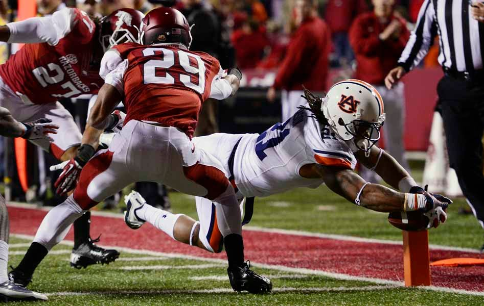 Auburn's Tre Mason (21) scores one of his four touchdowns against Arkansas. (Source: Todd van Emst/Auburn University)