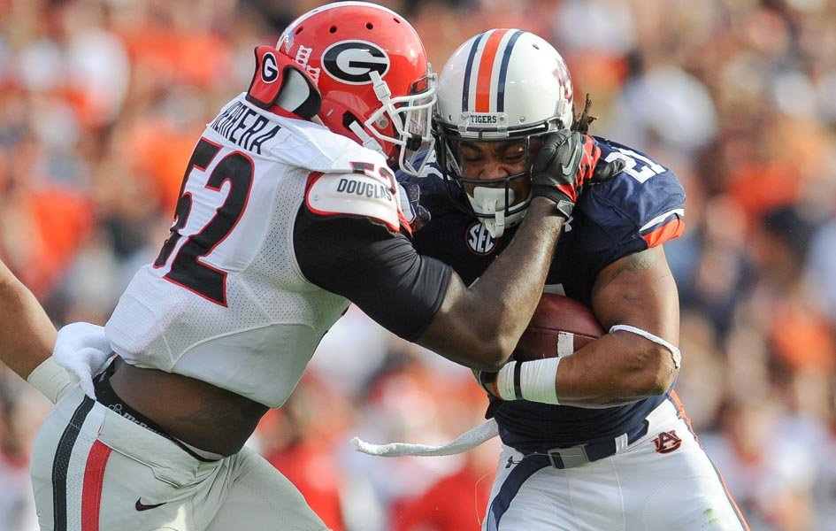 Georgia linebacker Amarlo Herrera (52) tackles Auburn running back Trey Mason (21). (Source: Georgia Athletics)
