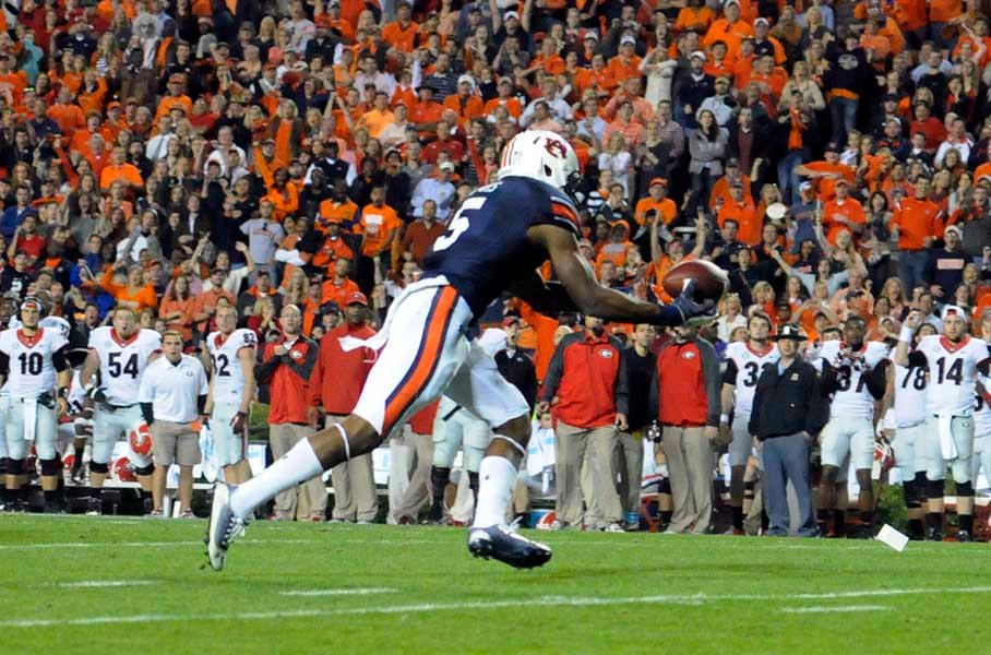 Auburn's Ricardo Louis comes down with a tipped pass. (Source: Todd van Emst/Auburn University)