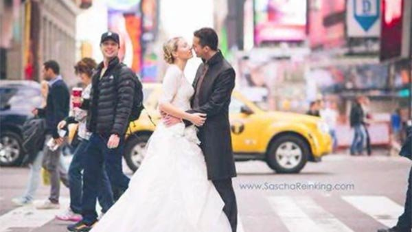 Actor Zach Braff photobombs a couple's wedding photo in New York. (Source: Sascha Reinking Photography/CNN)
