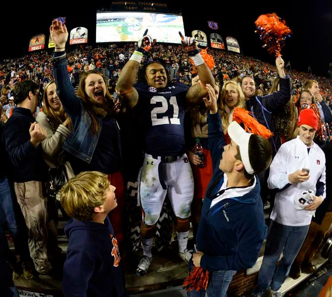 Tre Mason (21) celebrates in the Auburn student section. (Source: Todd van Emst/Auburn University)