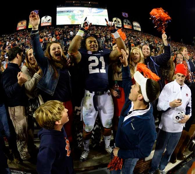 Tre Mason (21) celebrates in the Auburn student section. (Source: Todd van Emst/Auburn University)
