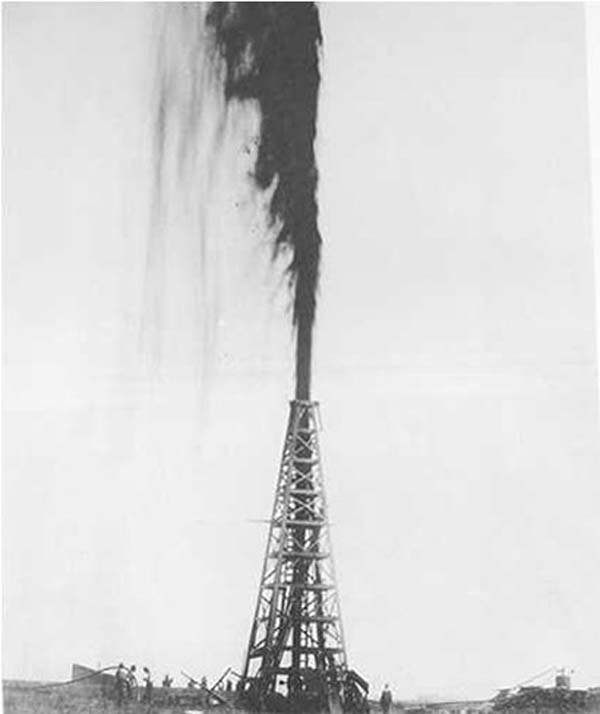 The Lucas gusher at Spindletop in Beaumont, TX, on Jan. 10, 1901. (Source: Wikimedia Commons)