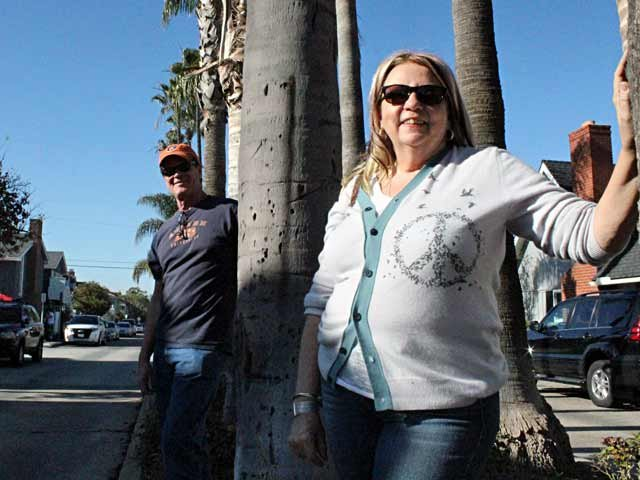 Tim and Christina Richardson take in the sun the day before watching Auburn play in the BCS National Championship. (Source: George J