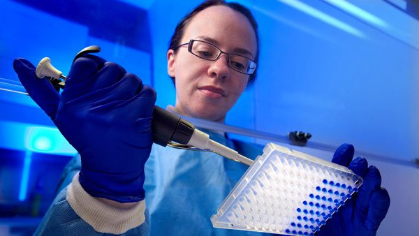 CDC microbiologist Tatiana Travis sets up a test to detect drug-resistant pathogens. (Source: CDC)