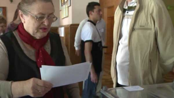 Voters in the eastern Ukraine region of Donetsk overwhelming voted to be independent of Ukraine in a referendum condemned by the national government and the West. (Source: CNN)